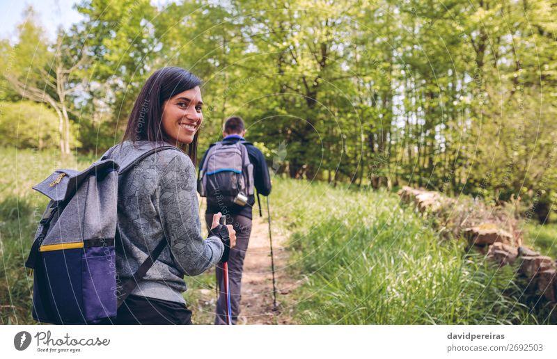 Frau beim Trekking mit Blick auf die Kamera Lifestyle Freude Glück schön Ferien & Urlaub & Reisen Ausflug Abenteuer Berge u. Gebirge wandern Sport Klettern