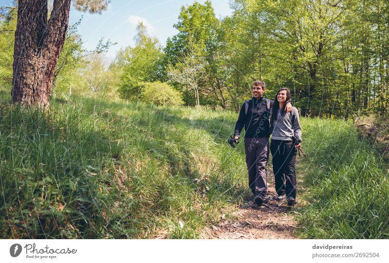 Wanderer, die spazieren gehen, werden umarmt. Lifestyle Glück Ausflug Abenteuer wandern Sport Klettern Bergsteigen Mensch Frau Erwachsene Mann Paar Natur