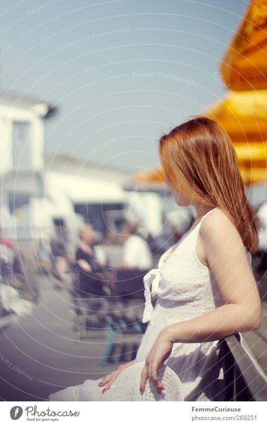 Wo bleibt er denn? Mensch Frau Jugendliche Ferien & Urlaub & Reisen weiß Sommer Sonne Erwachsene Erholung feminin Junge Frau Menschengruppe Stil 18-30 Jahre