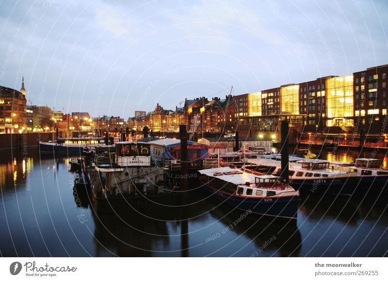 hamburg. blau weiß Stadt rot schwarz Haus gelb Architektur Gebäude braun Wasserfahrzeug Deutschland Hamburg Europa Hafen historisch