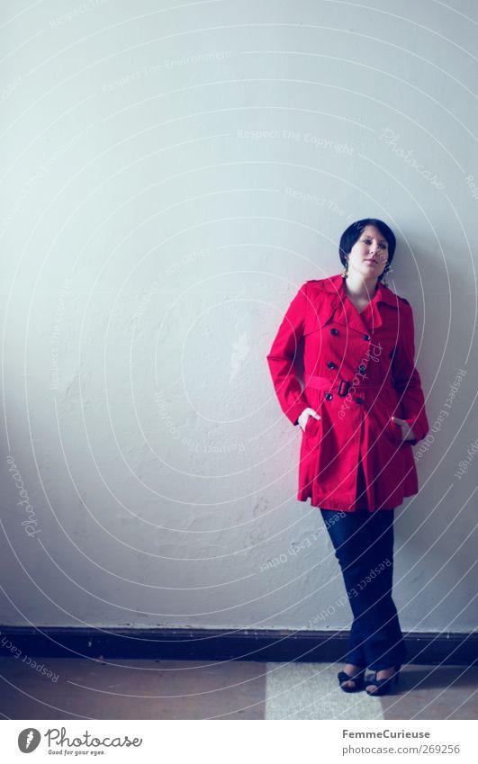 Lady in red leaning against a wall. elegant Stil Haus Tapete feminin Junge Frau Jugendliche Erwachsene 1 Mensch 18-30 Jahre Gebäude Mauer Wand seriös Stadt weiß