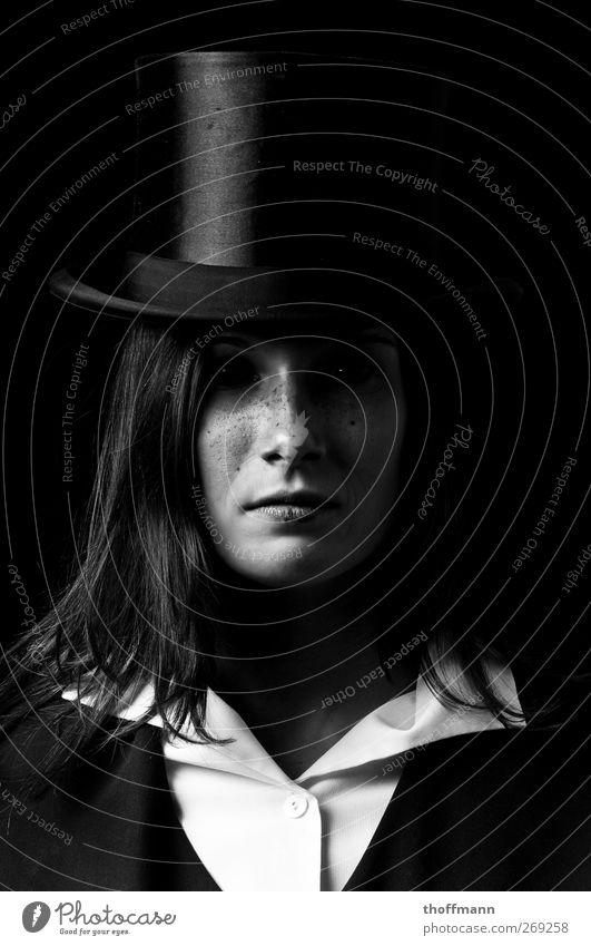 Schwarz Frau schwarz Auge dunkel hell gefährlich Macht Hut gruselig Hemd böse langhaarig Zauberei u. Magie ernst Täuschung Trick