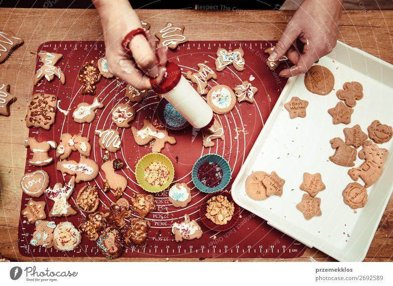 Frau Mensch Weihnachten & Advent Hand Lebensmittel Lifestyle Erwachsene Feste & Feiern oben Tisch authentisch Küche Backwaren Kuchen Tradition Frost