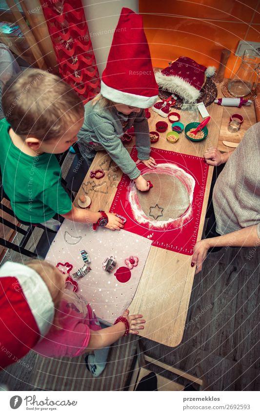 Frau Kind Mensch Weihnachten & Advent Hand Mädchen Lebensmittel Lifestyle Erwachsene Familie & Verwandtschaft Feste & Feiern Junge oben Kindheit Tisch