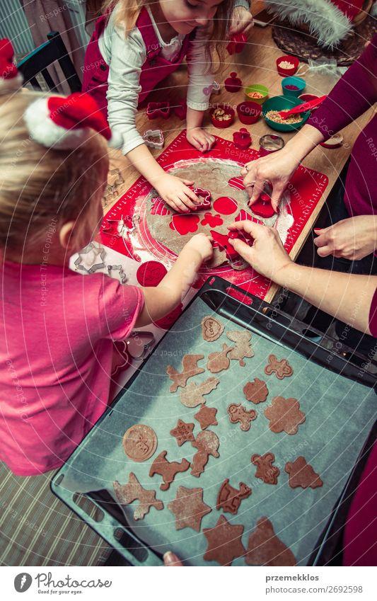 Frau Kind Mensch Weihnachten & Advent Mädchen Lebensmittel Lifestyle Erwachsene Familie & Verwandtschaft Glück Feste & Feiern Junge oben Kindheit Tisch