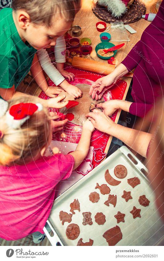 Frau Kind Mensch Weihnachten & Advent schön Mädchen Lebensmittel Lifestyle Erwachsene Familie & Verwandtschaft Feste & Feiern Junge oben Kindheit Tisch