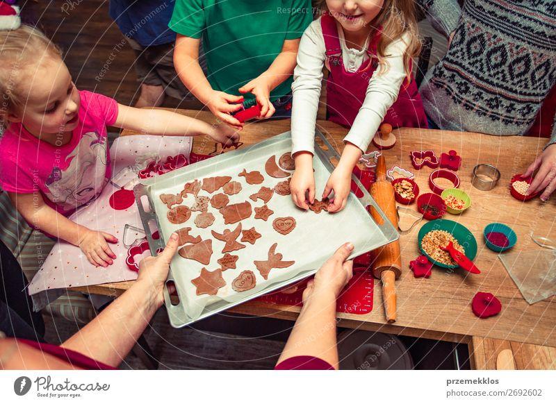 Frau Kind Mensch Weihnachten & Advent schön Freude Mädchen Lebensmittel Erwachsene Familie & Verwandtschaft Feste & Feiern Junge oben Kindheit Tisch