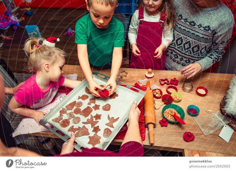Weihnachtskekse zu Hause backen Lebensmittel Teigwaren Backwaren Dessert Lifestyle Tisch Küche Feste & Feiern Weihnachten & Advent Mensch Kind Mädchen Junge