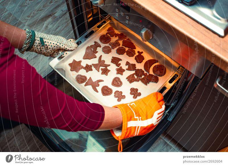 Frau Mensch Weihnachten & Advent Hand Lebensmittel Lifestyle Erwachsene Feste & Feiern oben authentisch Küche Mutter Backwaren Süßwaren Kuchen Tradition