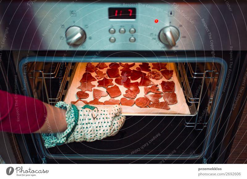 Frau Mensch Weihnachten & Advent Hand Lebensmittel Lifestyle Erwachsene Feste & Feiern authentisch Küche Mutter Backwaren Süßwaren Tradition Dessert Frost