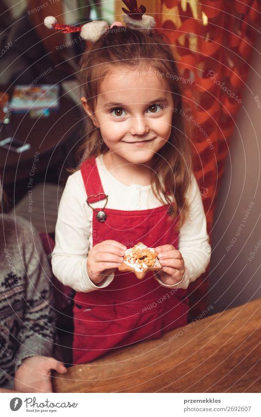 Weihnachtskekse zu Hause backen Süßwaren Lifestyle Küche Feste & Feiern Weihnachten & Advent Kind Handwerk Mensch Mädchen 1 3-8 Jahre Kindheit Essen genießen