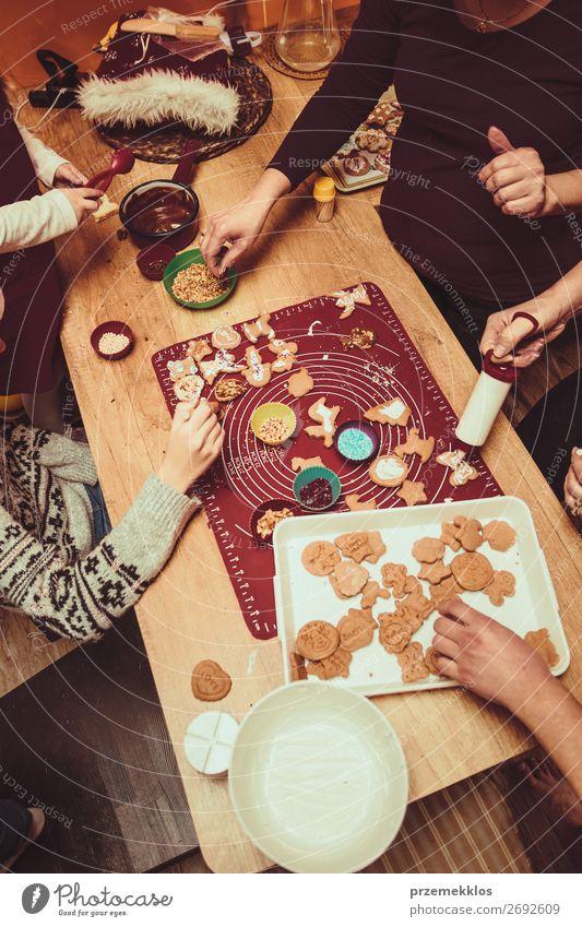 Frau Kind Mensch Weihnachten & Advent Hand Winter Mädchen Lebensmittel Lifestyle Erwachsene Familie & Verwandtschaft Feste & Feiern Junge