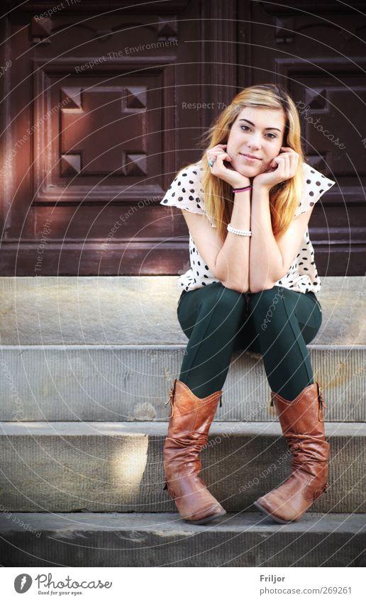 Wishing, Waiting, Sitting Mensch Jugendliche Erwachsene feminin Junge Frau sitzen warten 18-30 Jahre leuchten Lächeln