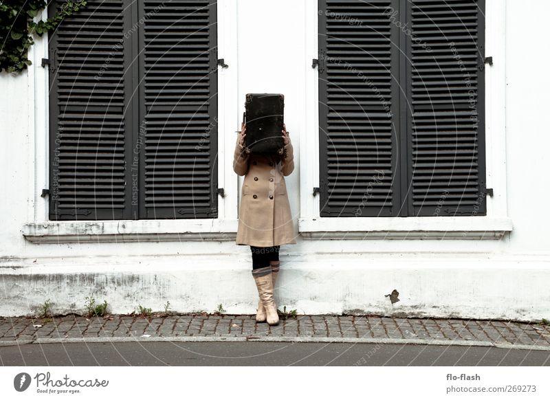 NICE KOFFER Mensch Stadt Fenster Wand feminin Gebäude Mauer Freiheit Fassade stehen warten Kultur Abenteuer Bauwerk Dorf Theaterschauspiel