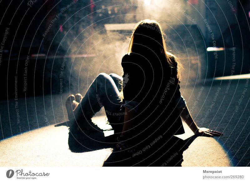 Licht Junge Frau Jugendliche Erwachsene Körper 1 Mensch 18-30 Jahre brünett langhaarig hören sitzen retro Wärme feminin blau gelb schwarz Freude Erholung
