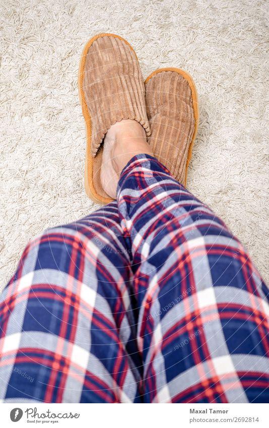 Entspannen mit Pantoffeln Erholung Freizeit & Hobby Winter Haus Mensch Mann Erwachsene Fuß Wärme Pelzmantel Schuhe Hausschuhe weich weiß Geborgenheit bequem