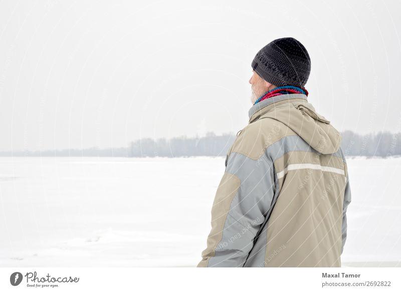 Mann in der Nähe des gefrorenen Flusses im Winter Schnee Mensch Erwachsene Natur Landschaft Baum Jacke Mantel alt beobachten natürlich grau Gefühle Dnjepr Kiew