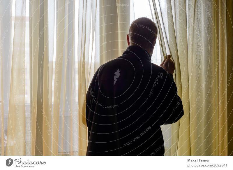 Mann schaut aus dem Fenster. Mensch Erwachsene beobachten Denken stehen warten Hintergrundbeleuchtung hintergrundbeleuchtet Kaukasier Gardine heimwärts
