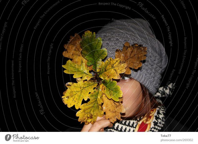 # Herbstzeit Mensch Jugendliche Pflanze Freude Blatt schwarz Erwachsene Umwelt gelb kalt feminin Leben Herbst träumen braun gold