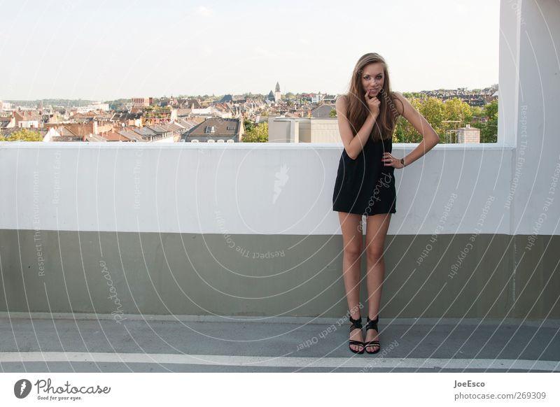 #269309 Freizeit & Hobby Junge Frau Jugendliche Leben Himmel Stadt Skyline Mauer Wand Mode Kleid brünett langhaarig beobachten Erholung Kommunizieren stehen