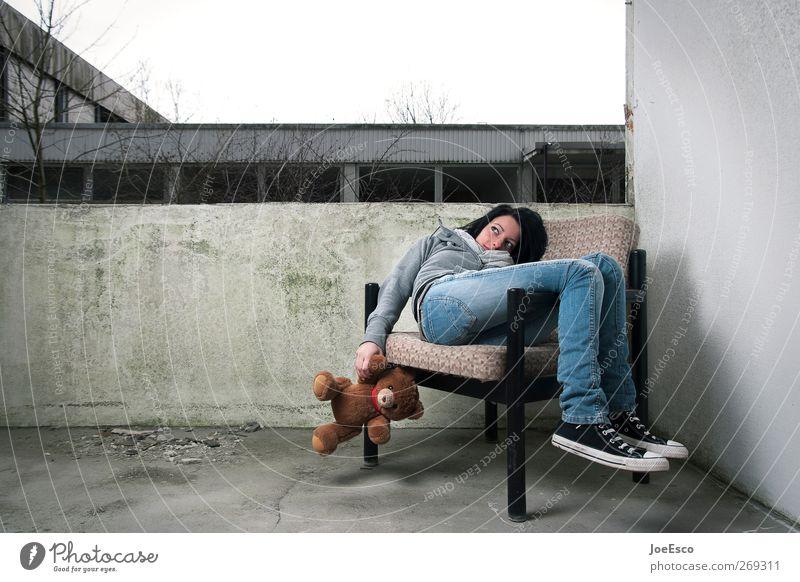 #269311 Lifestyle Freizeit & Hobby Häusliches Leben Junge Frau Jugendliche Erwachsene Denken Erholung liegen träumen Traurigkeit Zusammensein trendy einzigartig