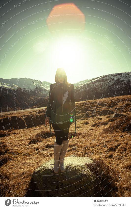 flare Mensch Frau Natur Ferien & Urlaub & Reisen Jugendliche Junge Frau Sonne Landschaft Berge u. Gebirge Erwachsene Herbst Schnee feminin stehen Ausflug Schönes Wetter