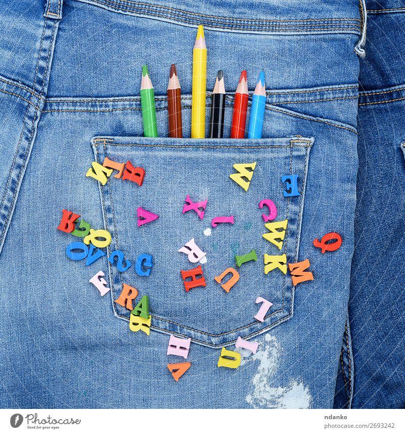 mehrfarbige Holzbuchstaben des englischen Alphabets Design Bildung Schule Jeanshose Stoff Schreibstift schreiben lernen hell blau gelb grün rot Farbe