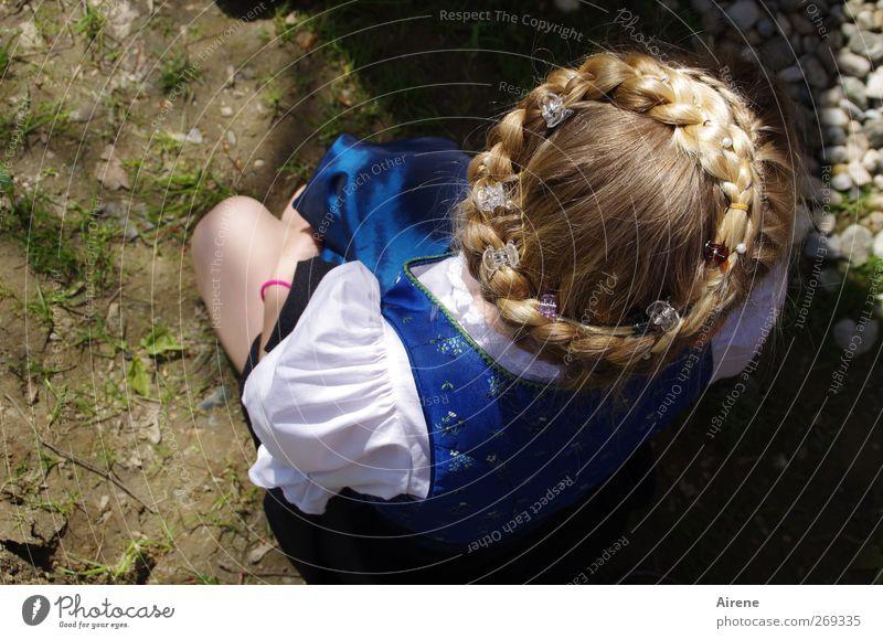 Zopfkranzerl Mensch Kind blau weiß Mädchen feminin Haare & Frisuren Kopf Feste & Feiern blond Kindheit gold sitzen niedlich Jahrmarkt Nostalgie