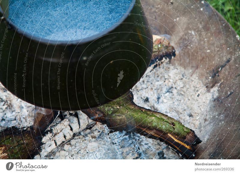 Kaffee kommt gleich Ernährung Schalen & Schüsseln Topf Feuerstelle kochen & garen Emaille Holz Brennholz Farbfoto Gedeckte Farben Außenaufnahme Menschenleer