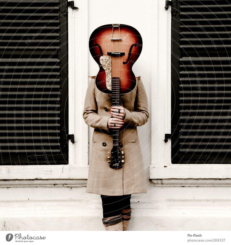 GUITAR IN YOUR EAR Mensch Frau Stadt ruhig Fenster Erwachsene Wand feminin Gebäude Mauer Fassade Zufriedenheit Musik stehen festhalten Dorf
