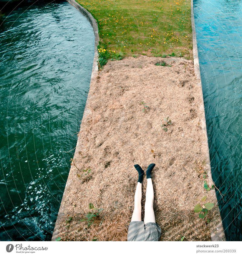 the mechanic (am fluss) Erholung ruhig Meditation Sonnenbad Wasser Frühling Gras Flussufer Bach Puppe liegen träumen trashig blau braun grün Frühlingsgefühle