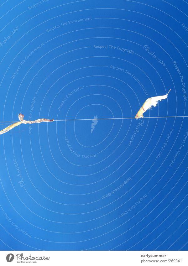 26°C, wolkenlos ruhig Himmel Wolkenloser Himmel Schönes Wetter Wind blau wehen Girlande Fahne Farbfoto Außenaufnahme abstrakt Strukturen & Formen Menschenleer