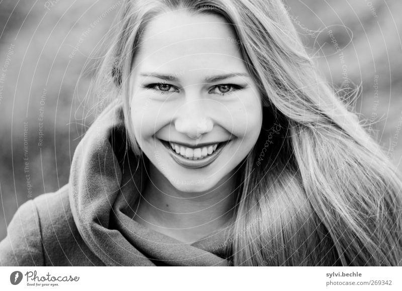 beautyful woman schön Mensch feminin Junge Frau Jugendliche Leben 1 18-30 Jahre Erwachsene schlechtes Wetter Wind Mode Bekleidung Jacke blond langhaarig Lächeln