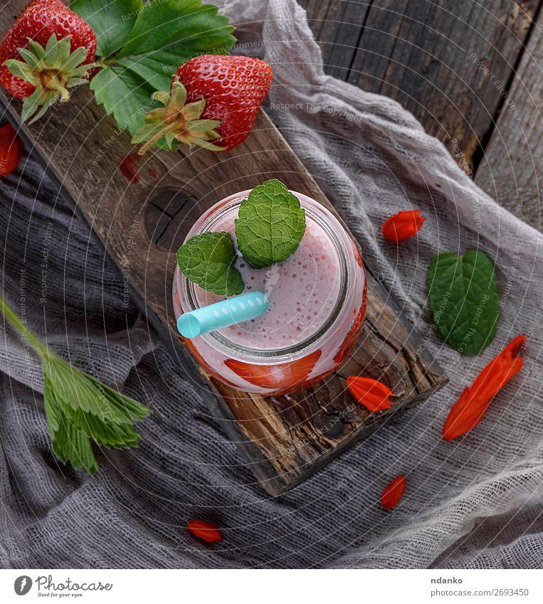 Smoothie aus Joghurt und frischen Erdbeeren Frucht Dessert Süßwaren Ernährung Frühstück Diät Getränk Saft Tasse Gesunde Ernährung Tisch Holz saftig grün rot