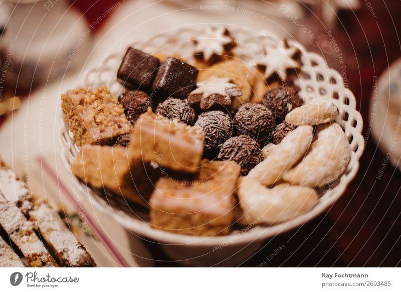 Weihnachtsplätzchen auf einem Teller gebacken Bäckerei Biskuit Kuchen Bonbon Feier Weihnachten Weihnachtstisch Konditorei Kontemplation Keks gemütlich Dekor