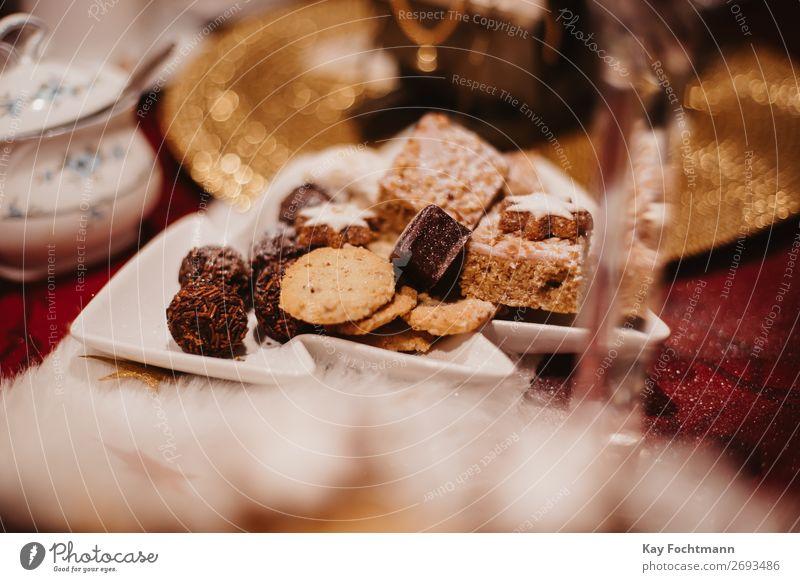 Teller voller Weihnachtsplätzchen gebacken Bäckerei Biskuit Kuchen Bonbon Feier Weihnachten Weihnachtstisch Konditorei Kontemplation Keks gemütlich Dekor