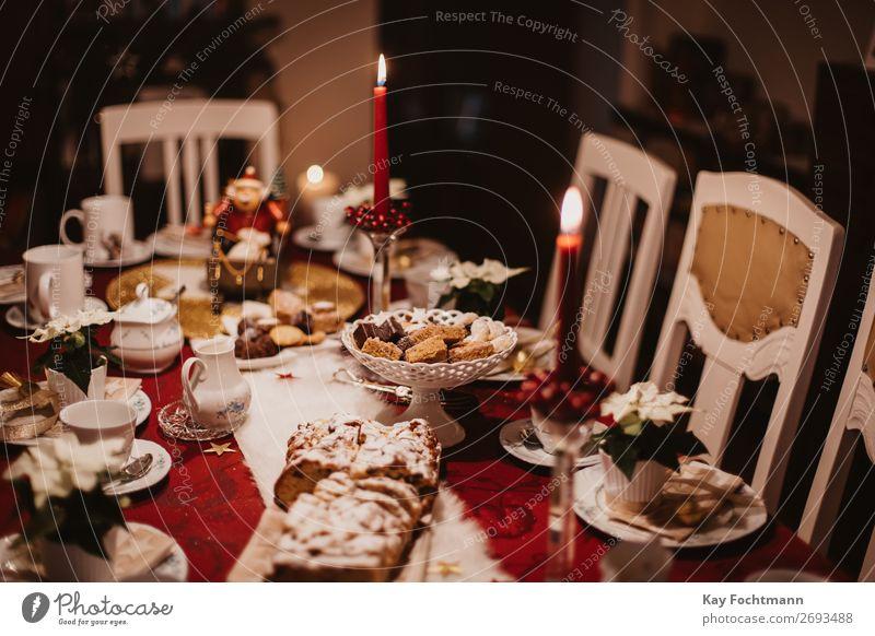 geschmückter Weihnachtstisch gebacken Bäckerei Biskuit Kuchen Kerzen Bonbon Feier Weihnachten Konditorei Kontemplation Keks gemütlich Dekor dekoriert