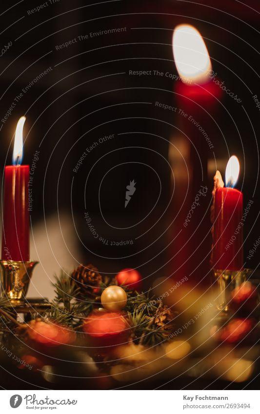 Kerzen auf einem Tisch während der Weihnachtszeit Adventszeit Kunst atmosphärisch Hintergrund Hintergründe schön Niederlassungen brennend Kerzenschein Feier