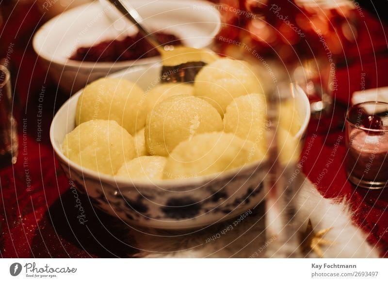 Rotkohl und Knödel als traditionelles deutsches Weihnachtsgericht Schalen & Schüsseln Kohlgewächse Feier Weihnachten Weihnachtsessen Koch Küche Delikatesse