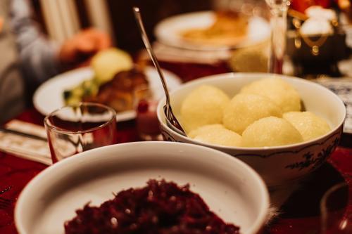 Rotkohl und Knödel als traditionelles deutsches Weihnachtsgericht gebacken Schalen & Schüsseln Kohlgewächse Feier Weihnachten Weihnachtsessen Koch Knusprig
