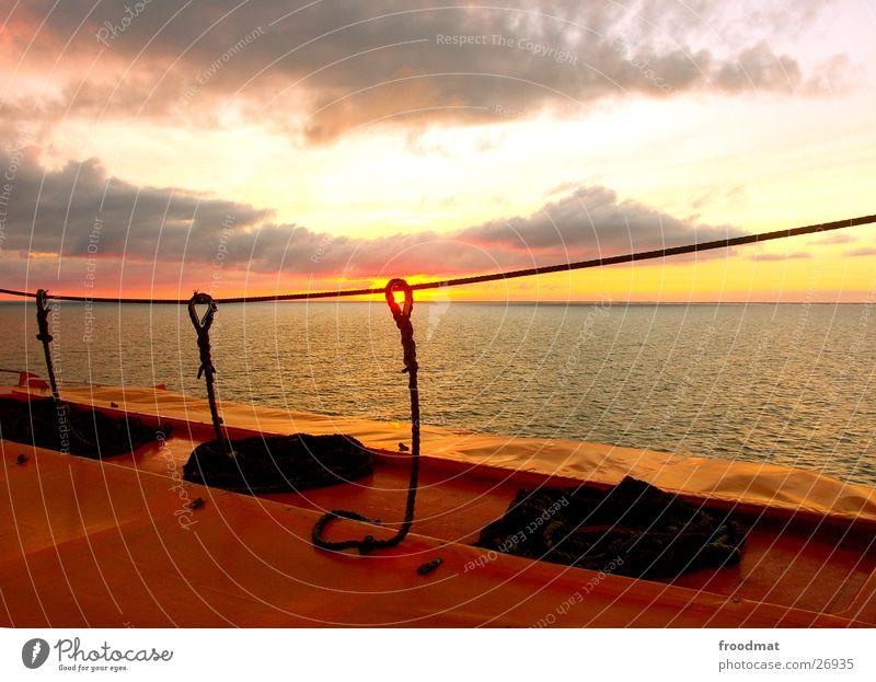 Durchblick #2 Gegenlicht Sonnenuntergang Wolken Finnland Meer diagonal Horizont Beiboot Verbindung Abenddämmerung Seil Himmel Schweden Wasser verrückt