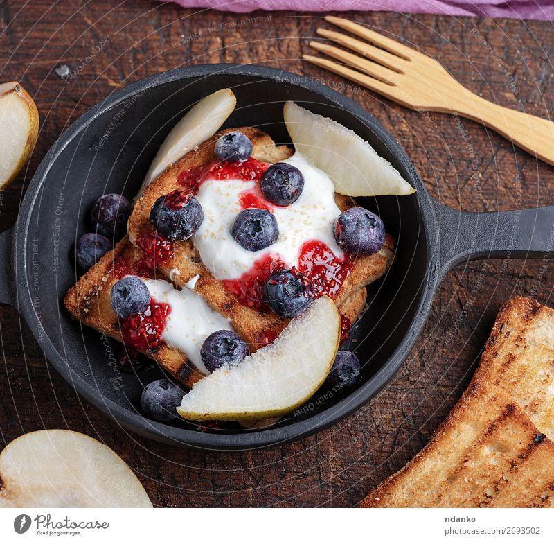 Französischer Toast mit Beeren, Sirup und saurer Sahne Frucht Brot Dessert Ernährung Frühstück Mittagessen Pfanne Gabel Tisch Holz frisch lecker weiß