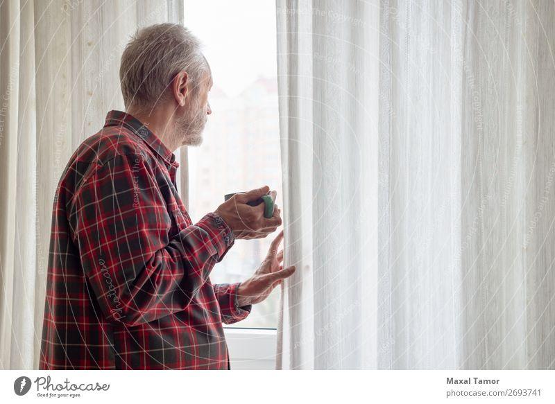 Ein erwachsener Mann trinkt seinen Kaffee und schaut aus dem Fenster. trinken Tee Mensch Erwachsene Stadt beobachten Denken stehen warten grün rot weiß
