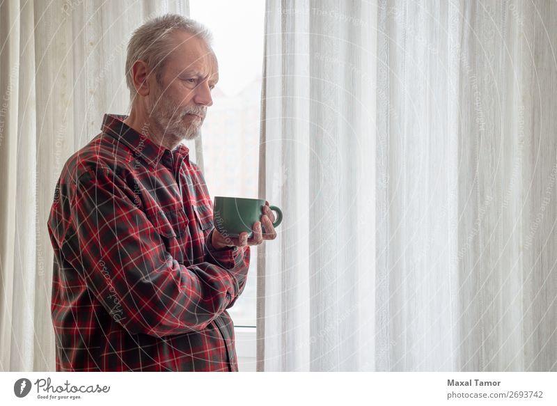 Nachdenklicher reifer Mann, der seinen Kaffee in der Nähe des Fensters trinkt. trinken Tee Mensch Erwachsene Stadt beobachten Denken stehen Traurigkeit warten