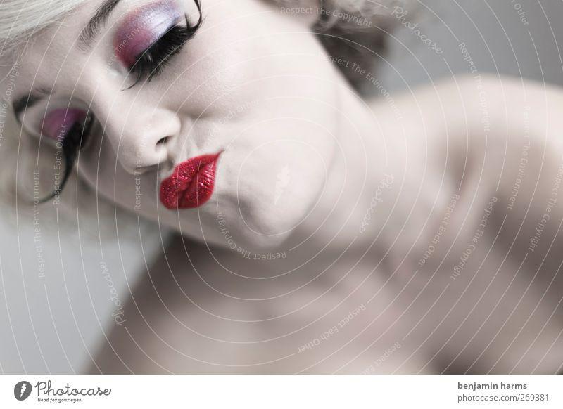 LOS! Küss mich! Mensch Jugendliche schön Erwachsene Auge feminin Erotik Junge Frau Mund 18-30 Jahre Küssen Kosmetik Schminke frech Wimpern Lippenstift