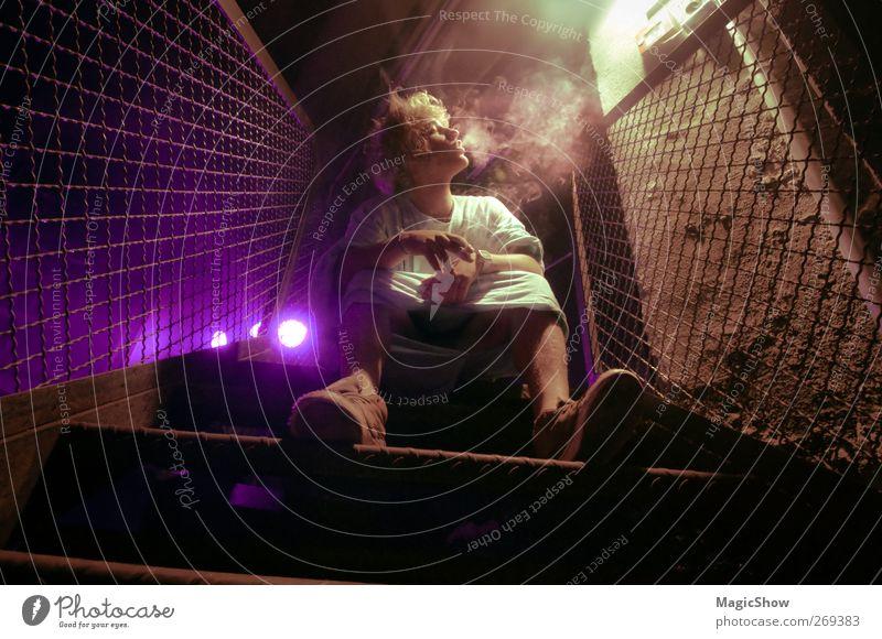 Psycho Smoke Rauchen Rauschmittel maskulin Junger Mann Jugendliche 1 Mensch 18-30 Jahre Erwachsene Coolness modern Erotik verrückt violett Tabakwaren Zigarette
