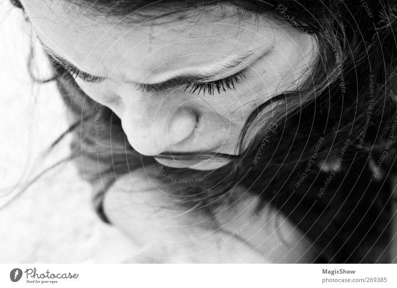 Kritisch denkend und Augenfalten werfen Junge Frau Jugendliche Erwachsene Haare & Frisuren Gesicht Augenbraue 1 Mensch schwarzhaarig Locken authentisch schön