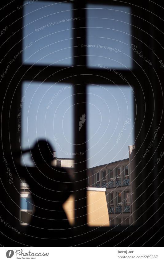 langsam schauen Mensch feminin Junge Frau Jugendliche 1 18-30 Jahre Erwachsene Stadtzentrum Haus Bauwerk Gebäude Architektur Fassade Blick stehen schön blau