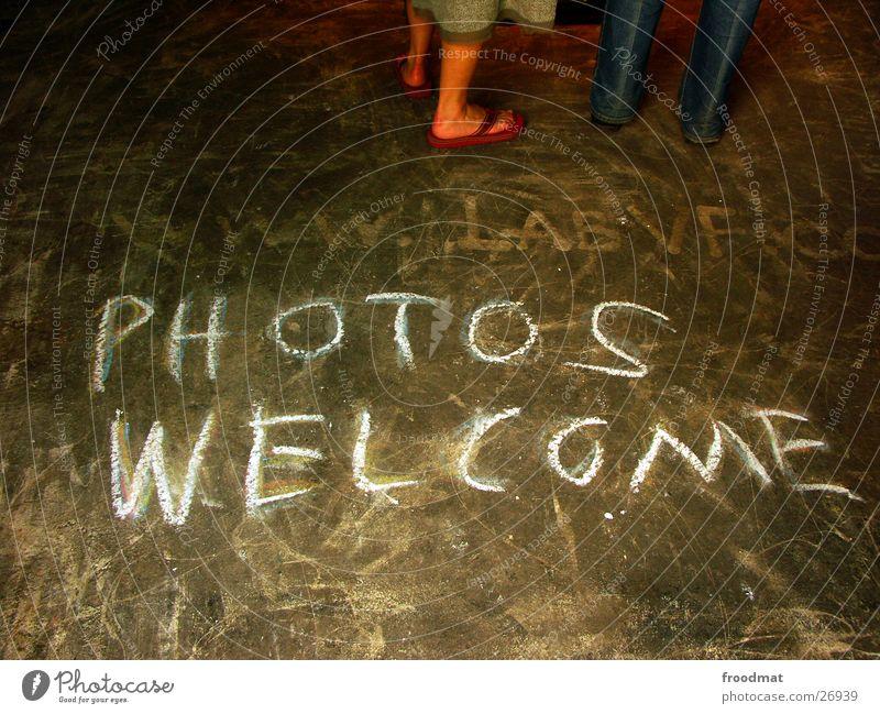PHOTOS WELCOME Kunst dreckig Fotografie Schriftzeichen Bodenbelag Medien Kreide Einladung Willkommen Kritzelei auffordern