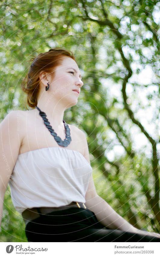 Vor saftigem Grün. Mensch Frau Jugendliche weiß grün Ferien & Urlaub & Reisen schön Baum Sommer schwarz Erwachsene Erholung feminin Frühling Holz Freiheit